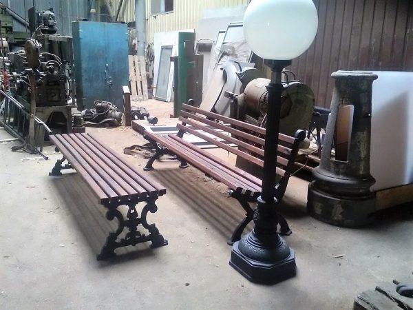 Скамейки и светильник